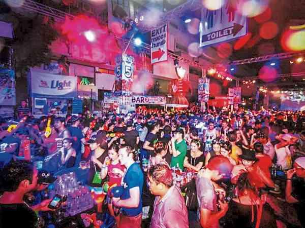 """在泰国,一些妓女会在夜店里寻求""""猎物""""而下降。"""