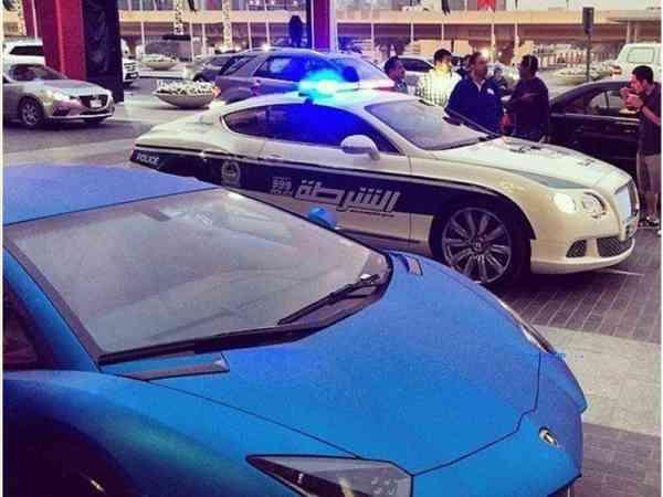 杜拜警察超威风,开跑车抓犯人。