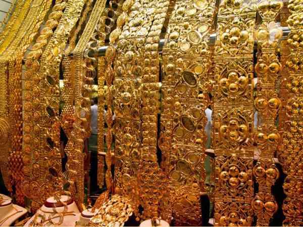 黄金市场里,满满的店家都摆着黄金!