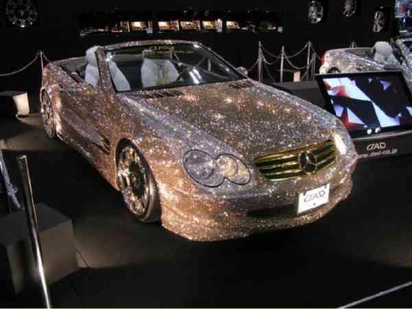 到底是谁会用黄金贴满整部车呢?杜拜人。