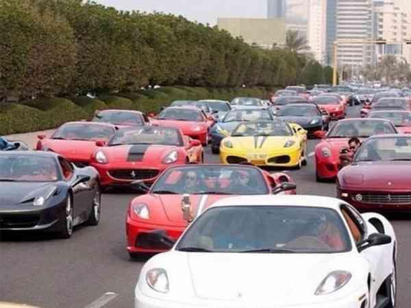 这绝对不是什么车队!杜拜民众代步用的清一色都是跑车。