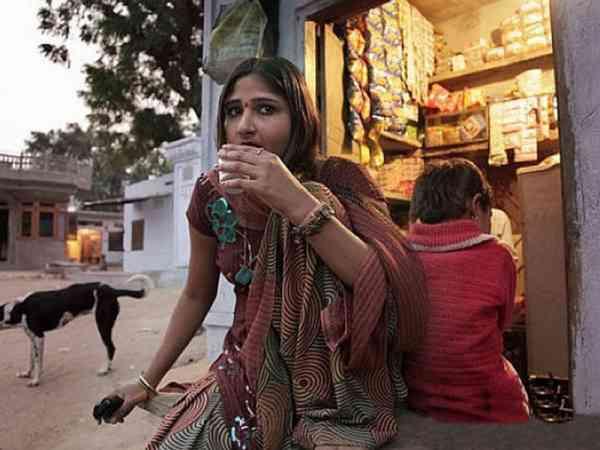 村里80%是女性,男性较少,很多女性都没结婚,已结婚的妇女,也还是以妓女为业。
