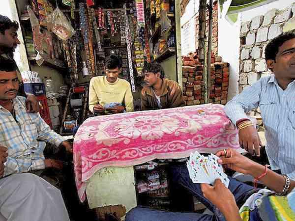 男人们在村头打牌抽烟,好吃懒做,靠的就是扯皮条。