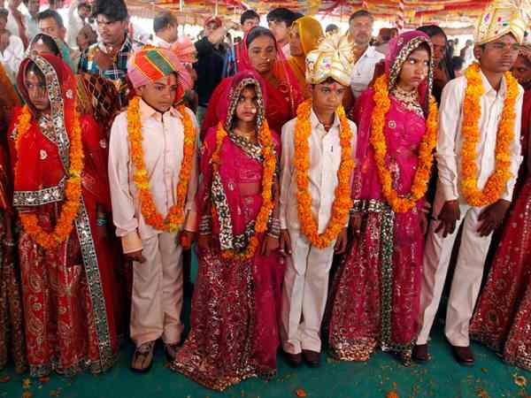 一群大孩子们穿上美丽的传统婚服,希望能摆脱上一代所走的路。