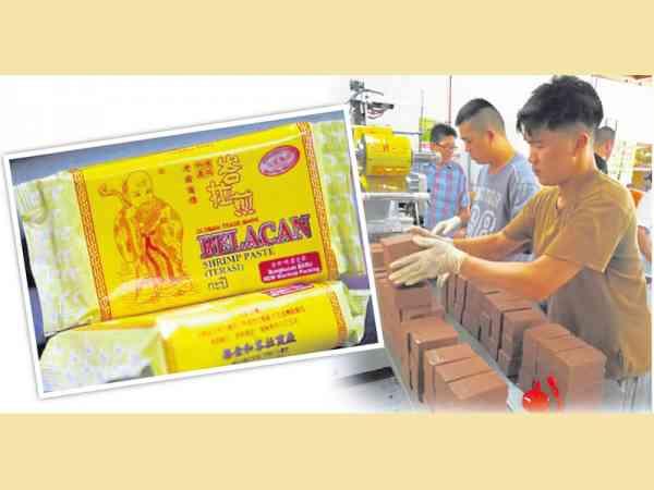 骆荣裕(右)和弟弟们默默坚守60多年传统手工制作峇拉煎业。