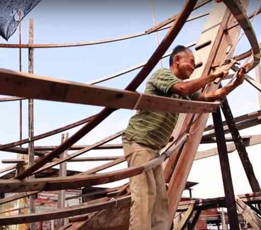 吴文光踏上渔船骨架上反复详细检查和修补,务必没有任何差错。