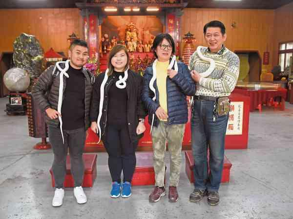 多得记者台湾友人Sussan(右二)以及陈铭基(右一)的牵引,有缘来到白蛇庙采访。