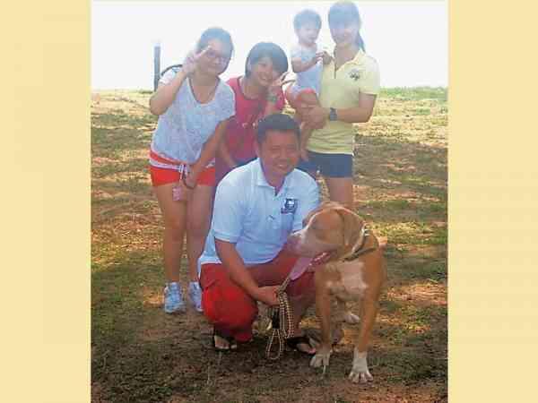 每次带狗旅行,他的家人都随行,共享温馨的家庭日。