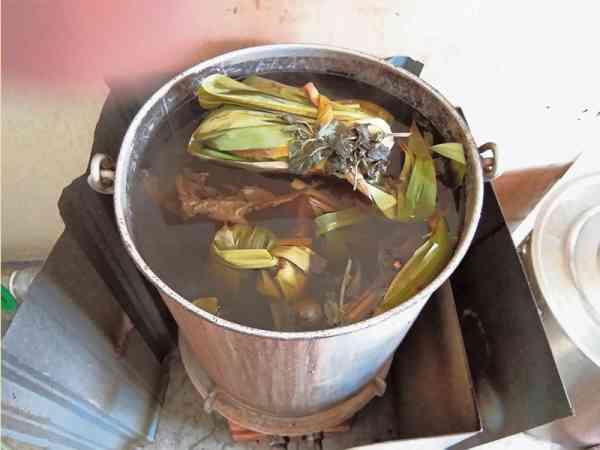 这煲草药,是供洗脸、浸手和浸脚用的。