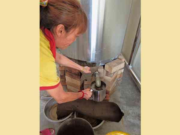 大钢炉里的草药水,一点儿也没有浪费,除了供应浸手浸脚,也可以饮用。