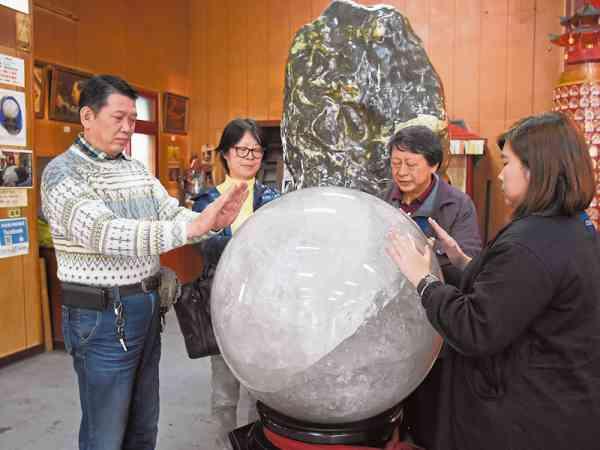 重达1200斤的巨大天然白水晶,可用双手感应其磁场,接收宇宙能量,补充元气。