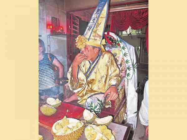 """""""一见生财""""阴府九爷伯喜欢喝洋酒配榴梿,可说是独树一格的阴神。"""