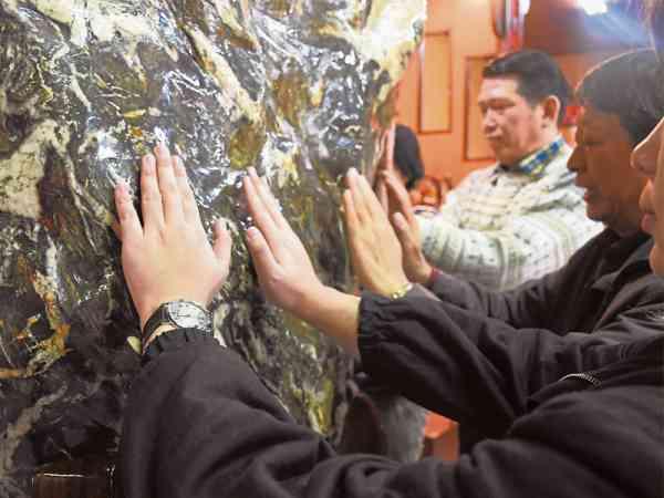 把手心贴在仙石上,能释放体内负能量。