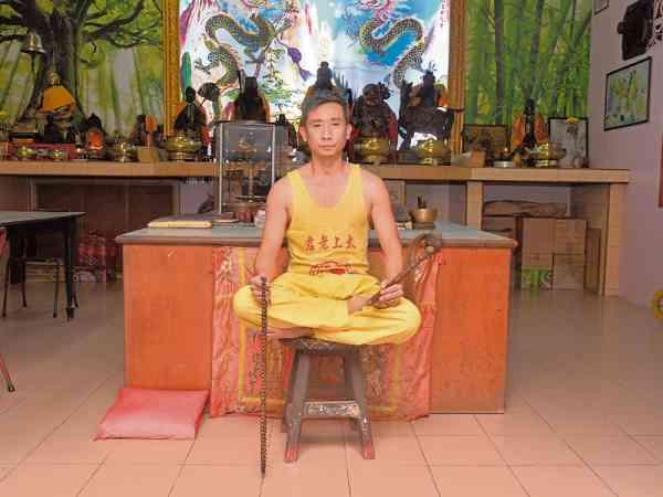 黄文福师傅既是该神坛第三代传人。