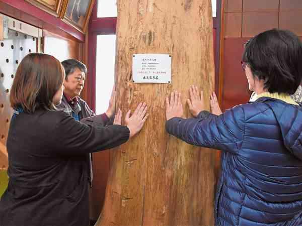 双手直接触碰沉香木,有着安神、镇定的作用。