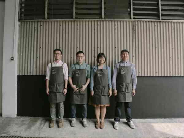 (左起)梁競介、黄子兼、庄佩芬、罗浩庭这四位年轻人表示活字印刷机是结合传统与创新的文化再造。