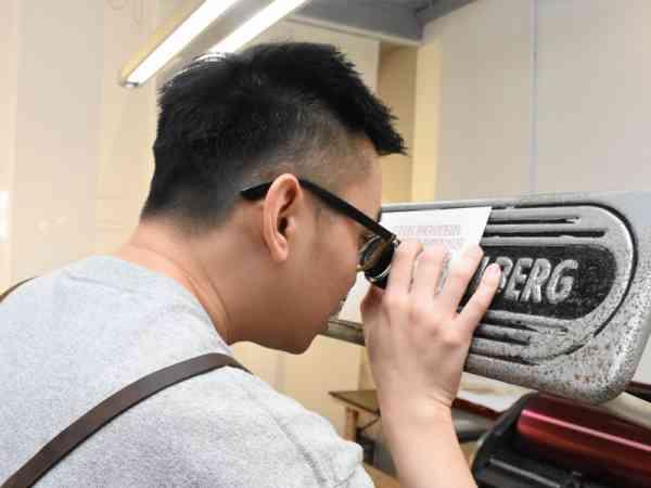 子兼以放大镜检查成品,看是否有瑕疵的问题。