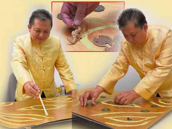 每次作画,李仁冲师傅必须全神贯注,同时一边作画一边念经加持开光。