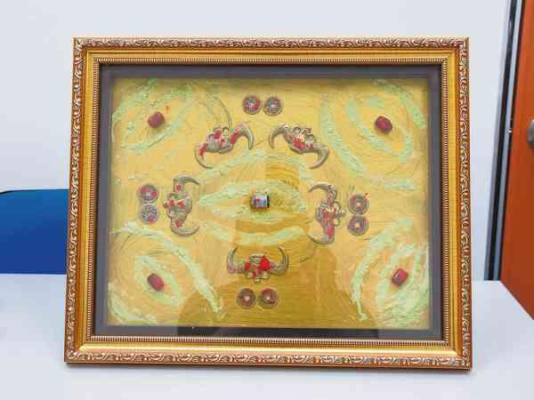 小幅钱画可作为小型相框设置在桌上,既美观又有风水作用。