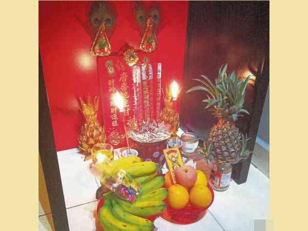 拜唐番地主公的供品一定要五份,五条香蕉、五粒黄梨及五个发糕,拜了才会聚五方财气于一屋。