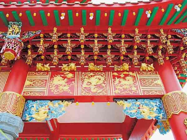 庙里的每个装饰与雕像,从雕塑到上色一点都马虎不得。