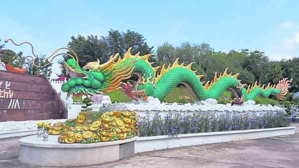 位于马六甲峰年文化聖城长50尺的水泥雕刻大龙,也是出自健恒艺术工程。