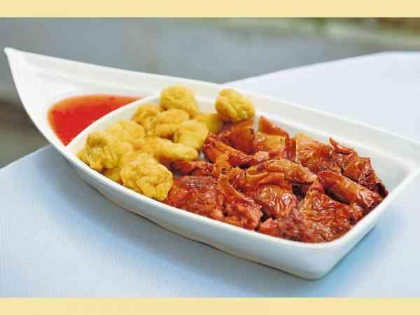 招牌小吃——孖宝(鱼腐+卤肉双拼盘),口感绵滑如豆腐,甘香味浓,可做汤料也可炸来当小吃,非常惹味可口。