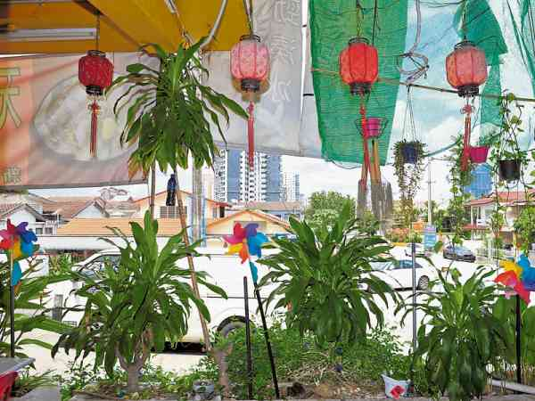 咖啡馆东南方角落种植大量植物,不仅具有磁场净化的调节作用,以五行风水来说木火相遇即通明,是很好的风水旺局