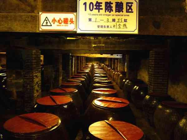 永春老醋又称乌醋或福建红粬醋,以优质糯米、高级红粬等为原料,实行液态深层发酵,加以独特生产配方陈酿多年而成,至今已有千年历史。