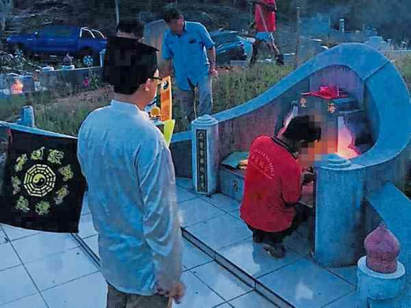 焚香祭祖期间,王道长不断持诵道教神咒,确保拾金仪式顺利进行。