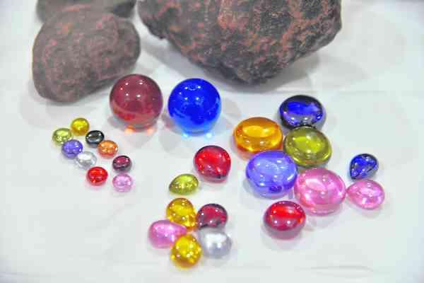 水龙珠是泰国著名的天然矿物,也是当地寺庙用来做护身符的宝石。