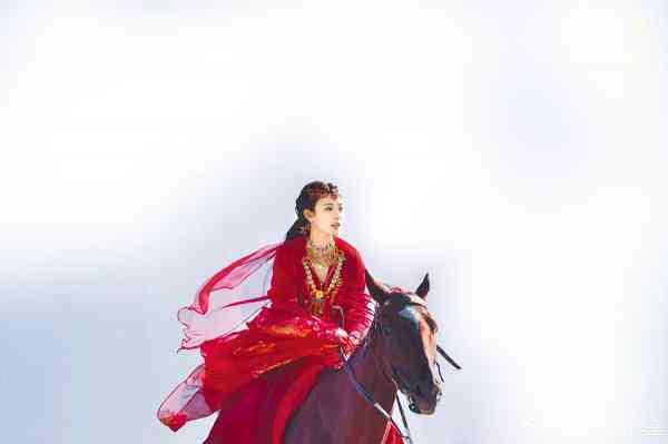 """《东宫》九公主小枫在沙漠里穿的红裙与耳环""""同款""""带货力强。"""