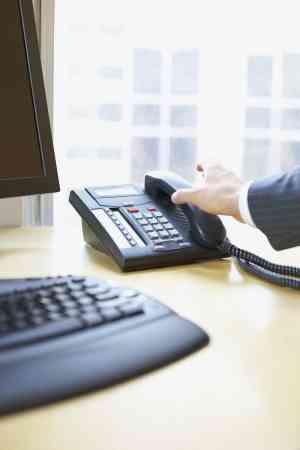 办公桌的电话摆左边,可以提升工作效率。