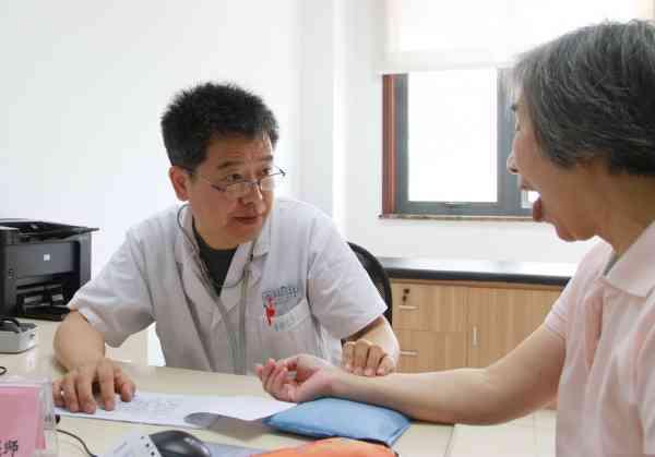 病人对医生老实,医生了解病情和相关讯息后才能够安排体检最终作出疾病诊断,并制定治疗方案。