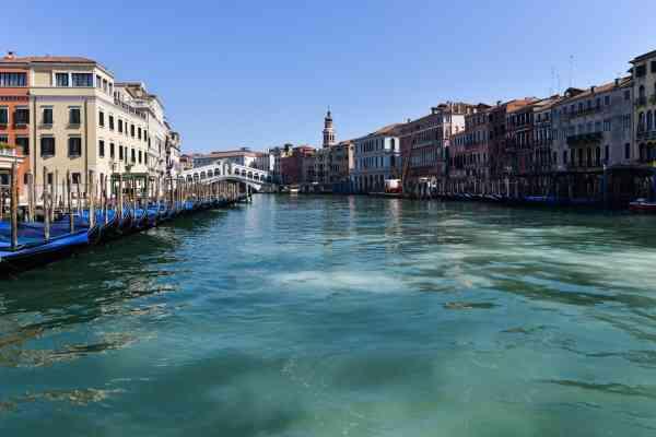 由于原本热闹的威尼斯运河在隔离检疫期间变得空无一人,有社交媒体帖文宣称天鹅及海豚回到了这片水域的消息,证实是假新闻。尽管如此,运河水质确实变得比较干净,因为在运河上的船只活动大大减少了。