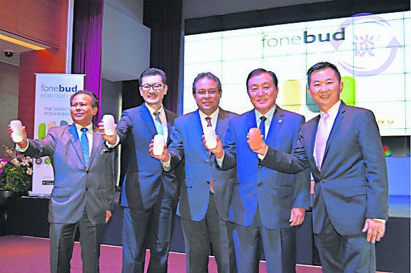 """周俊仁(左二)展示遍视利首个电话附件产品""""Fonebud""""。"""
