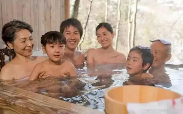 日本的温泉文化非常有名,家庭活动通常是一起出去泡温泉,家人一起说说话聊聊天。