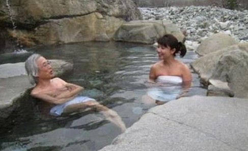 出嫁前会给父亲洗澡。