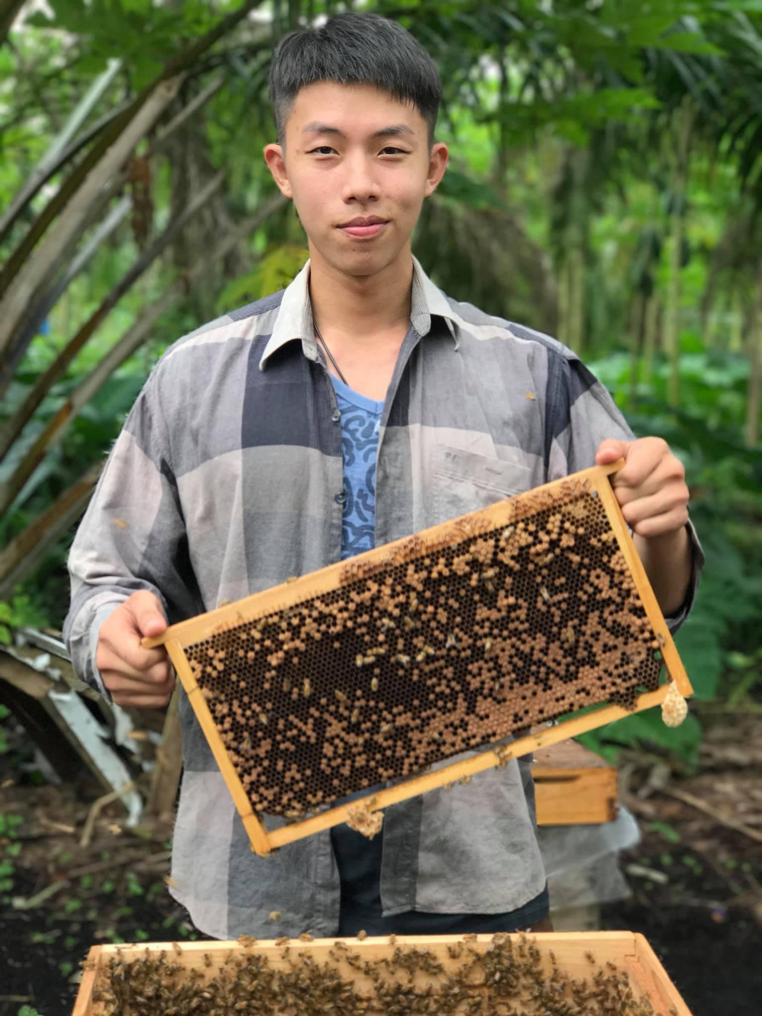 BEE BOY是一家超过3年的品牌,有超过10的养蜂经验,一直以来都坚持每一个步骤都亲自完成,从养殖蜂蜜到包装再到售卖蜂蜜,都是亲力亲为确保每一滴蜂蜜都是天然纯正。