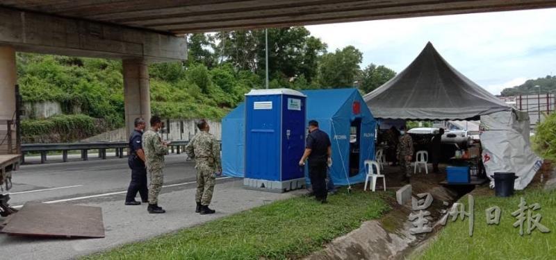 """陆兆福赞助在芙蓉9个站岗区的流动厕所,供前线人员解决""""方便""""问题。(照片取自《星洲日报》)"""