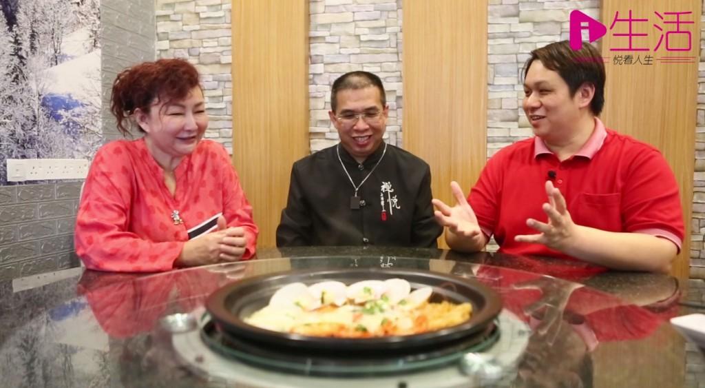 在大中华老板娘拿汀张秀芳(左)的热情设宴款待下,而张导师(中)字字珠玑的精彩解说,让身处饭局中的记者获益良多。