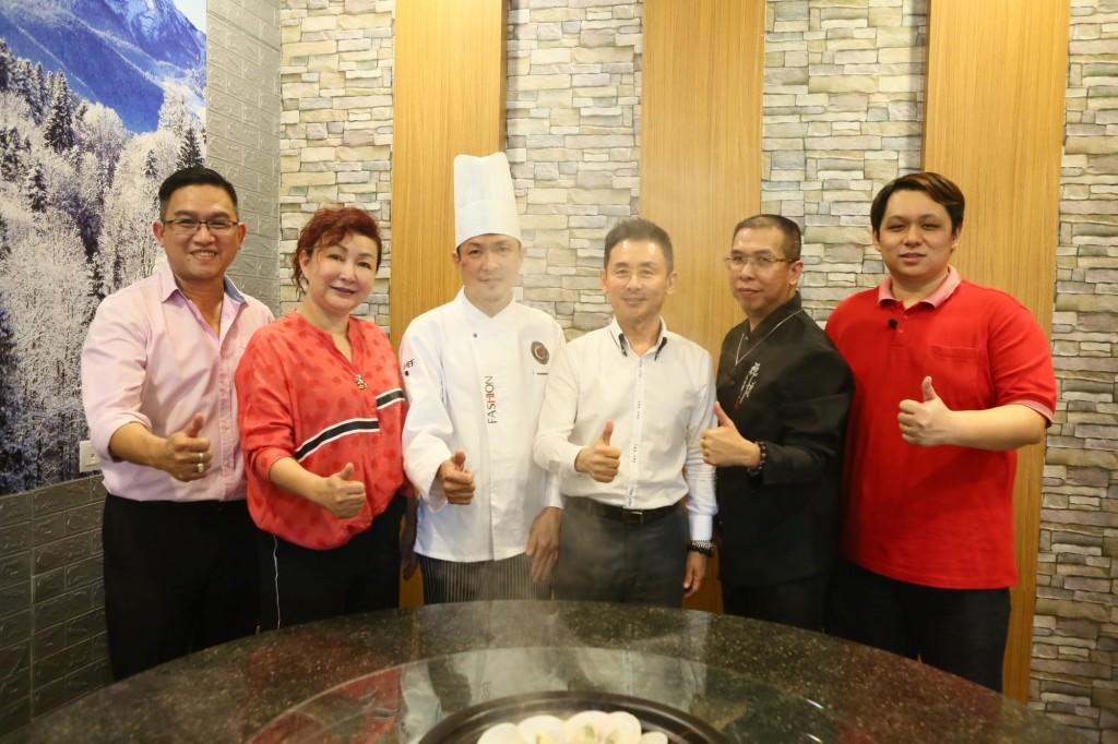 拥有27年行厨经验的大中华总厨沈宝传(Tom师傅,左三)为大家精心准备拿手好菜,个个吃了都赞不绝口。