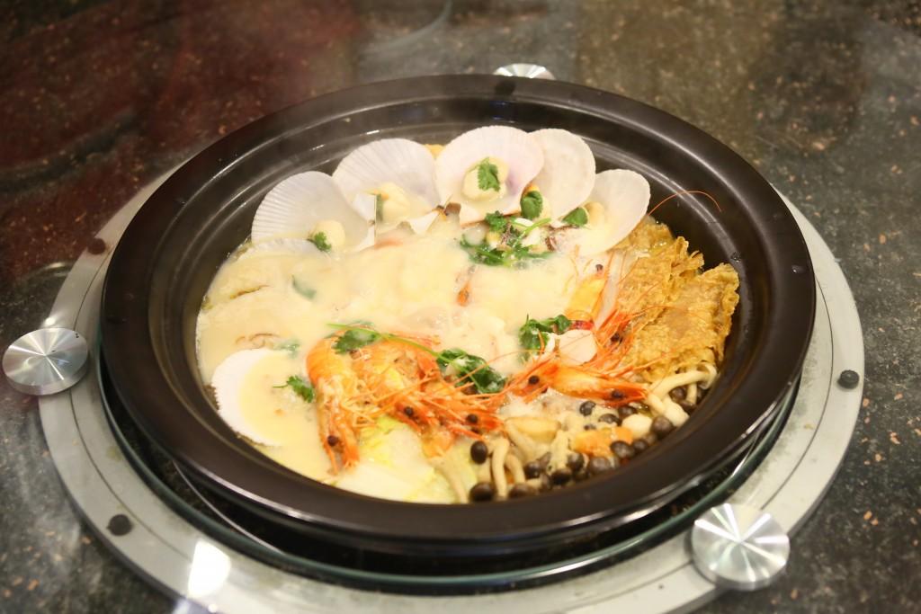 白胡椒蒸汽海鲜锅,集鲜、香、辣味于一身,令人一尝难忘。