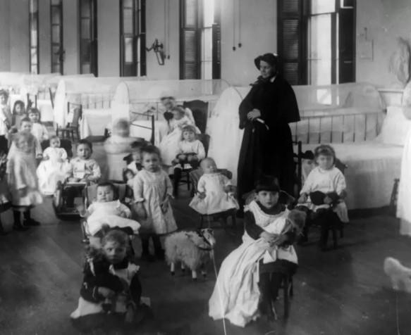 因年迈的奶奶难以抚养简托潘和姐姐,她们只能被迫送到孤儿院。