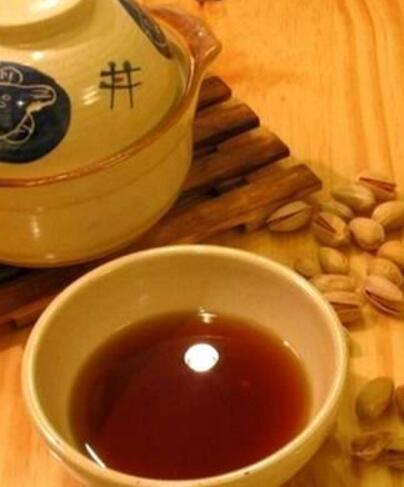 """端午节喝雄黄酒是从古时候就传承下来了的习俗。古语曾说""""饮了雄黄酒,病魔都远走""""。"""
