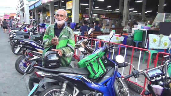 泰国一名70岁的老爷爷,为了养家糊口而转做Grab Food送餐员。