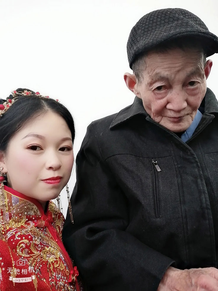 被爷爷奶奶带大的王雅君,兑现自己的承诺,把爷爷带在身边一起出嫁。