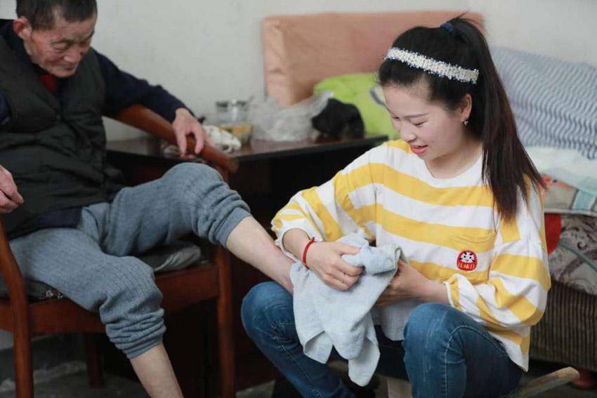 奶奶不在了,王雅君把所有的孝心都给了爷爷,即使爷爷不认得她,但仍无微不至的照顾爷爷。