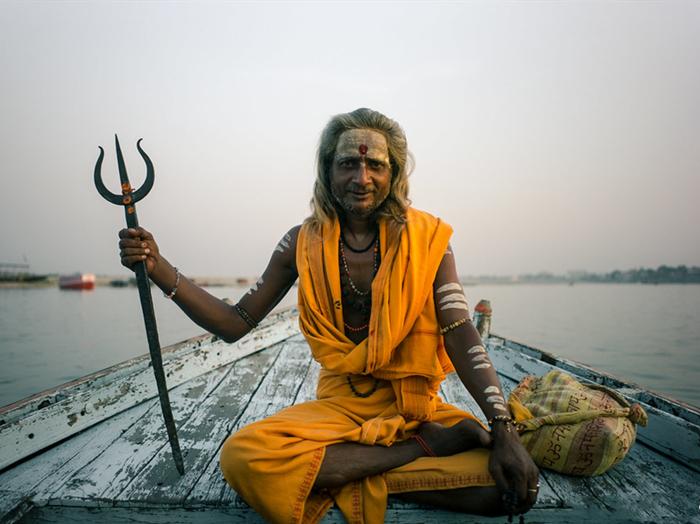 每年的这一天也是苦行僧一年中最风光的时候,他们穿上新衣服,从信徒的身上踩过去,全世界也就印度能干出这种奇葩事。