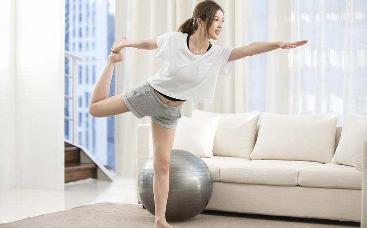 瑜伽可以自行在家里进行,属于中等强度运动。